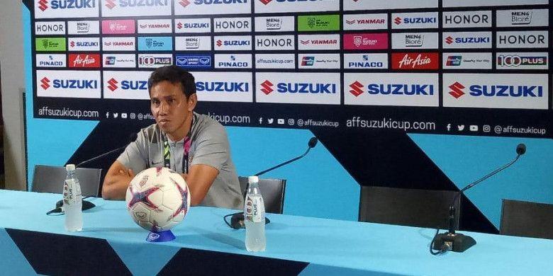 Pelatih tim nasional Indonesia, Bima Sakti, memberikan keterangan kepada media seusai timnya kalah dari Singapura dengan skor 0-1 pada laga pertama Grup B Piala AFF 2018 di Stadion Nasional, Kalang, Singapura, Jumat (9/11/2018).