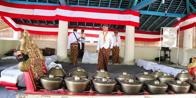 Gamelan sekaten sedang disiapkan di Bangsal Pradonggo halaman Masjid Agung Surakarta