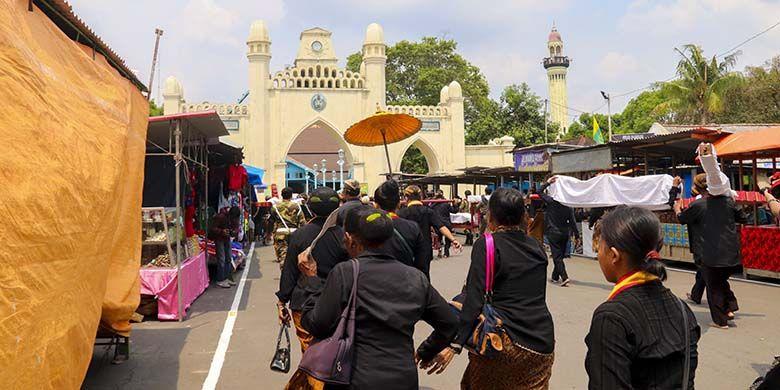 Rombongan gamelan sekaten yang mulai memasuki Masjid Agung Surakarta