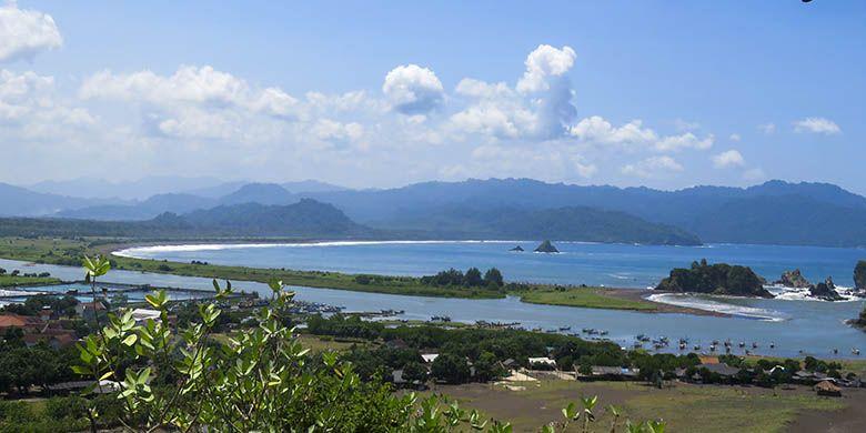 Salah satu panorama di Pantai Payangan, Jember. Panorama itu berupa garis Pantai Roro Ayu dan Cangaan yang memanjang, serta Taman Nasional Meru Betiri di ujung timur.