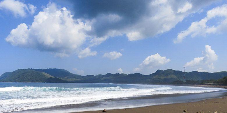 Salah satu Bagian Pantai Payangan memiliki garis pantai panjang yang melengkung ke arah barat.