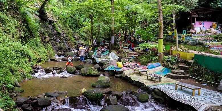 Pengunjung bisa makan di tepi sungai yang segar di kawasan wisata Air Terjun Jumog, Karanganyar.