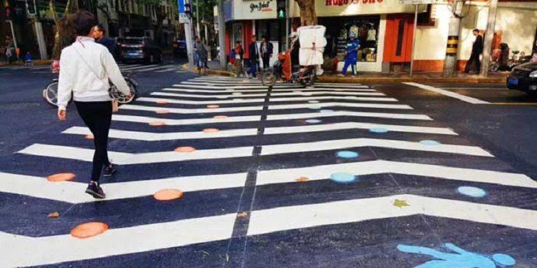 Pemisahan jalur pada zebra cross ini diharapkan dapat mengurangi macet akibat sesaknya warga yang ingin menyeberang.