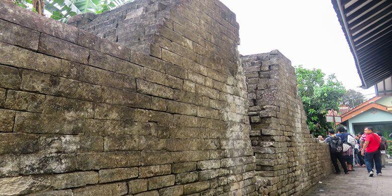 Benteng Cepuri Kotagede yang Jebol. Konon dulu Raden Rangga diempaskan oleh ayahnya, Panembahan Senopati yang ingin mendidiknya agar tidak sombong.