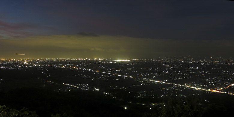 Keindahan gemerlap cahaya lampu Yogyakarta dari Bukit Bintang