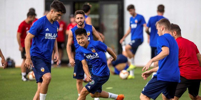 Pemain timnas U-19 Korea Selatan, Lee Kang-in (tengah) ketika berlatih bersama tim utama Valencia.