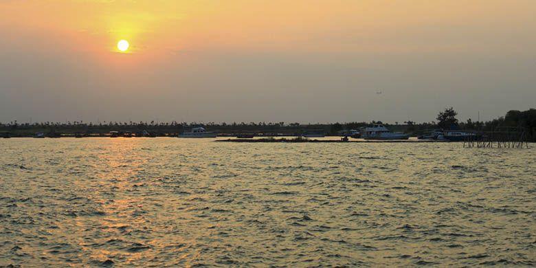 Keindahan senja yang bisa disaksikan di Pantai Marina, Semarang ketika cuaca cerah.