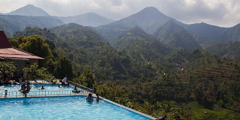 Kolam renang di Soko Langit berlatar belakang barisan Perbukitan Lawu Selatan.