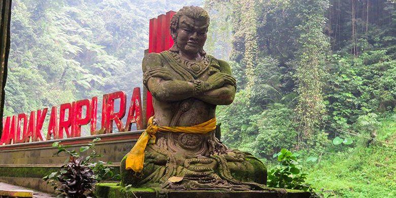 Patung Mahapatih Gadjah Mada yang menyambut pengunjung begitu sampai di kawasan Air Terjun Madakaripura.