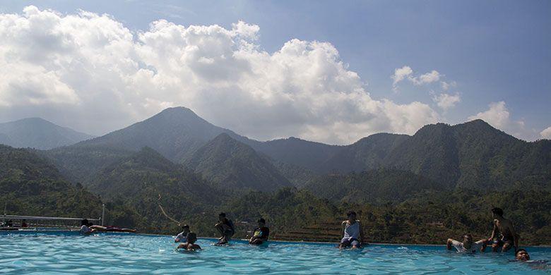 Keindahan Kolam Renang Soko Langit dengan latar belakang Pergunungan Lawu Selatan.