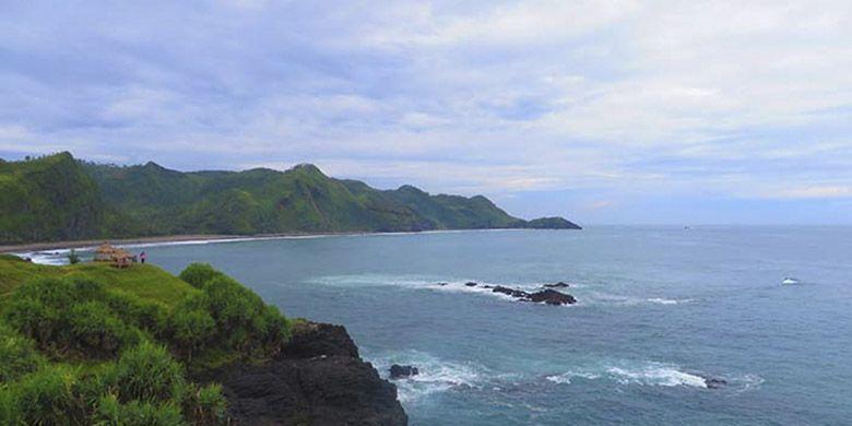 Panorama Pantai Menganti, Kebumen berupa perpaduan laut dan perbukitan hijau sehingga seakan berada di New Zealand.