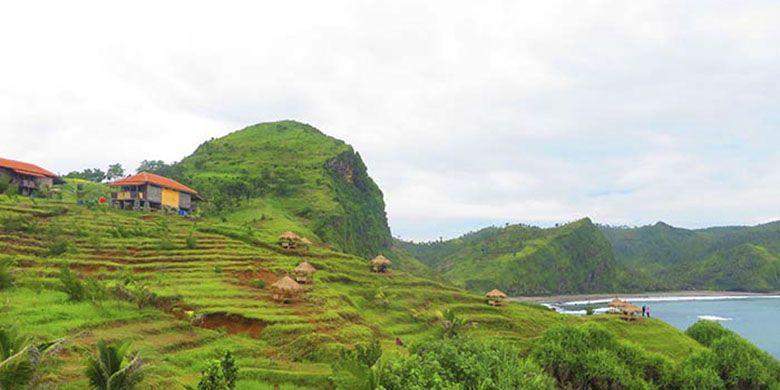 Gazebo di perbukitan Tanjung Karangbata Pantai Menganti yang bisa digunakan pengunjung untuk menikmati pemandangan.
