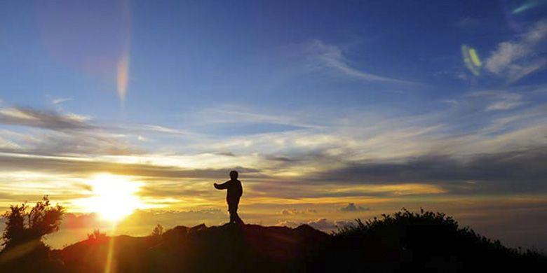 Keindahan suasana pagi di puncak gunung ketika momen matahari terbit.