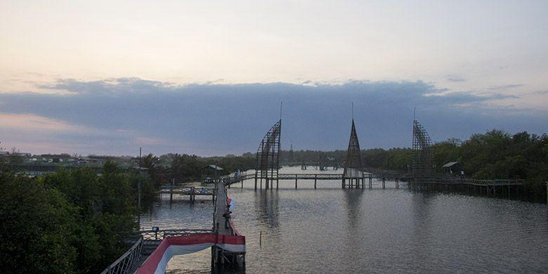 Panorama di Kawasan Wisata Mangrove, Kulon Progo, Yogyakarta berupa konstruksi jembatan dari bambu yang begitu menawan.