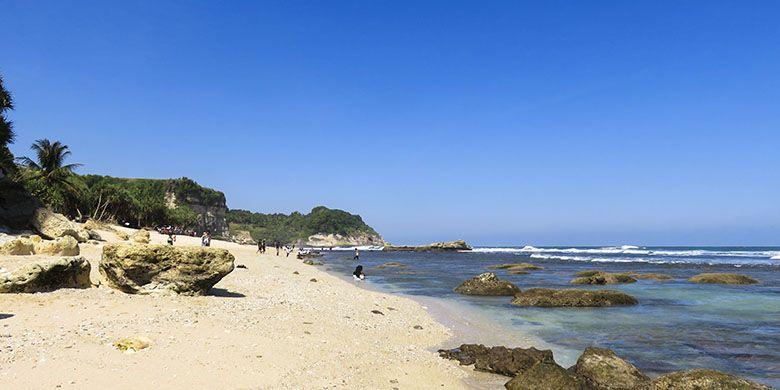Pantai Buyutan dilihat dari sisi barat yang merupakan kawasan pantai berbatu.