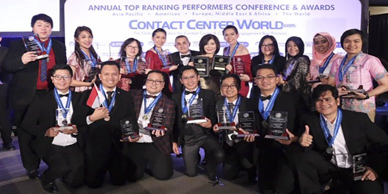 Executive Vice President Center of Digital BCA Wani Sabu (tengah) menerima penghargaan Industry Champion Corporate yang diserahkan oleh President of Contact Center World Raj Wadhwani (kelima kiri) dalam ajang Contact Center World (CCW) Award 2018 di Praha, Jumat (09/11/2018).