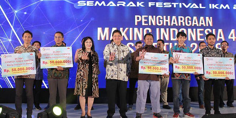 Penghargaan 5 Startup Terbaik Kompetisi Making Indonesia 4.0 Startup oleh Menperin Airlangga Hartarto didampingi oleh Dirjen IKM Gati Wibawaningsih (Foto: dok. Kementerian Perindustrian)