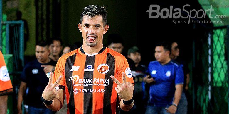 Penyerang Perseru Serui, Silvio Escobar, saat tampil melawan Arema FC pada pekan ke-12 Liga 1 2018 di Stadion Gajayana Malang, Jawa Timur, Rabu (06/06/2018) malam.