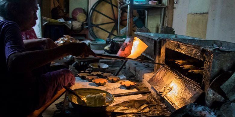 Pembuatan roti kembang waru khas Kerajaan Mataram Islam yang masih tradisional