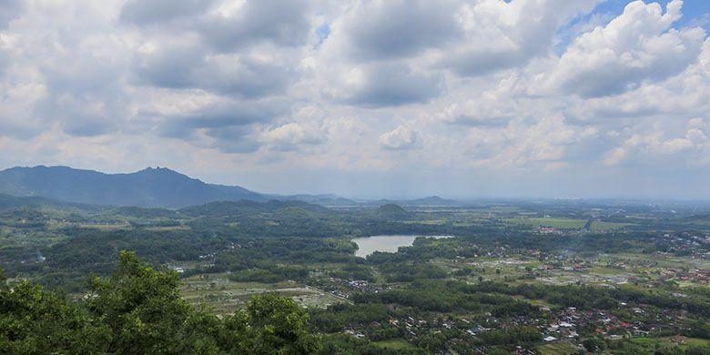 Panorama Waduk Tandon dan Gunung Gajah Mungkur dari Gunung Gandul, Wonogiri.