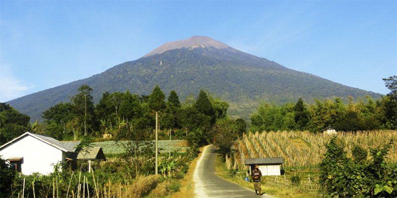 Gunung Slamet, 3428 meter di atas permukaan laut.