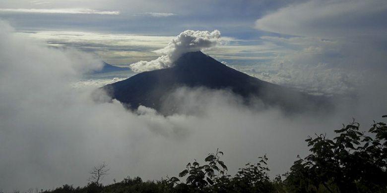 Gunung Sumbing yang berselimut awan hujan.