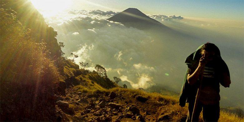 Pendakian Gunung Sumbing di sore hari yang cerah.