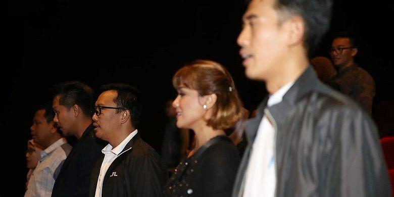 Menpora Imam Nahrawi dan artis Nirina Zubir menyanyikan lagu Indonesia Raya sebelum menonton film Keluarga Cemara.