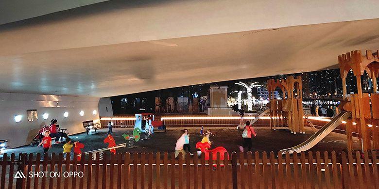 Anak-anak bermain di bawah bangunan. Diambil dengan fitur night mode Oppo R17 Pro.
