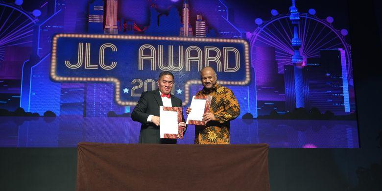 Dirut JNE dan Country Director Yayasan Konservasi Alam Nusantara Indonesia menandatangani kerjasama pelestarian lingkungan.