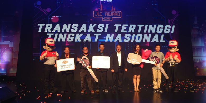 Para pemenang kategori Transaksi Tertinggi tingkat nasional bersama Direktur JNE Mohamad Feriadi.