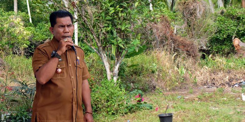 Kepala Desa Kedabu Rapat Mahadi saat menyambut kedatangan Tim Kompas Gramedia Group.