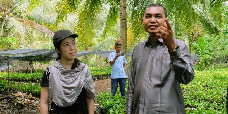 Barista Indonesia bersertifikat internasional Evani Jesslyn saat berbincang bersama Al Hakim yang menjabat sebagai Ketua Indikasi Geografis (IG) Kopi Liberika Rangsang Meranti.