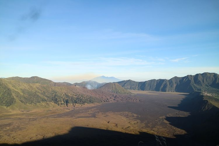 Panorama Gunung Bromo dan Gunung Batok dari Puncak B29, Desa Argosari, Kecamatan Senduro, Kabupaten Lumajang, Jawa Timur, Selasa (11/4/2017). Puncak B29 adalah salah satu spot untuk menikmati momen matahari terbit.