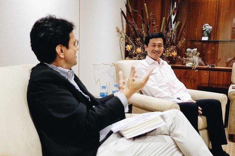 Karim Raslan saat wawancara dengan Ong Ye Kung, Menteri Pendidikan (Pendidikan Tinggi dan Keterampilan) dan Menteri Kedua untuk Pertahanan Singapura. Pada tahun ini, Singapura meningkatkan investasi di bidang pendidikan hingga SGD 12.9 miliar.