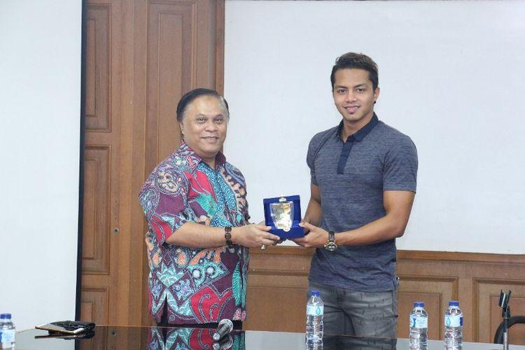 Atlet renang nasional, I Gde Siman Sudartawa mendapat penghargaan berupa beasiswa bidang pendidikan atas prestasinya di bidang olah raga.