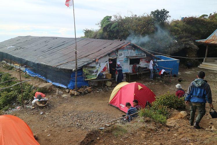Pendaki berada di sekitar area Warung Mbok Yem, Gunung Lawu, Jawa Timur, Jumat (29/12/2017). Sejumlah pendaki memanfaatkan momen libur akhir tahun untuk mendaki Gunung Lawu.