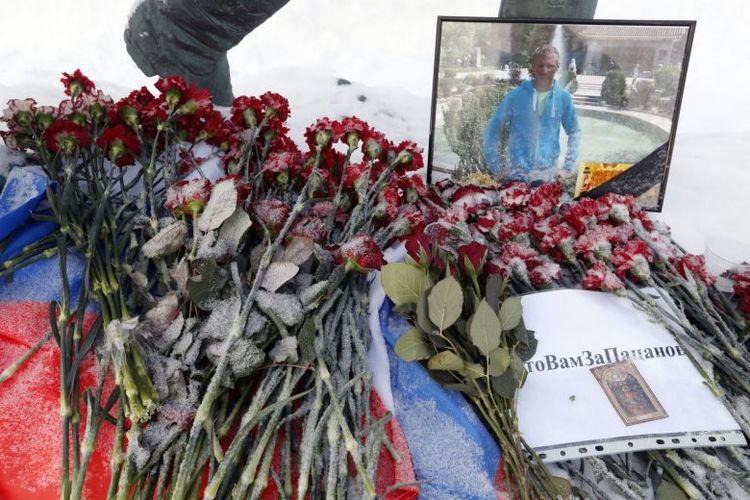 Bunga duka  ditempatkan di dekat potret pilot Rusia Roman Filipov, di Moskow. (EPA-EFE via Straits Times)