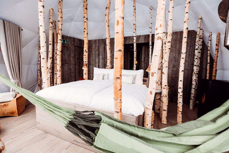 Hotel ini berada di ketinggian 1.400 meter di atas permukaan laut dan dikeliling oleh hutan. Bentuknya yang unik dikelilingi dengan kaca.