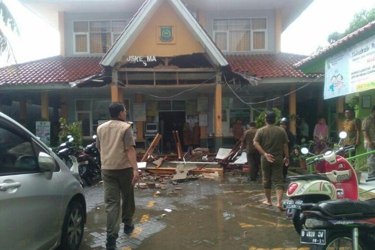 Kanopi Puskesmas Jurumudi di Benda, Tangerang ambruk, Kamis (15/2/2018) pagi.