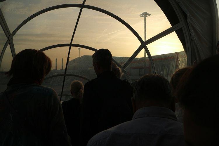 Penumpang pesawat Etihad Airlines turun di Bandara Internasional Jenewa, Swiss, Minggu (8/4/2018) pagi. Jenewa adalah pintu masuk terdekat untuk menuju Club Med Valmorel di Les Avanchers, Valmorel, Perancis.