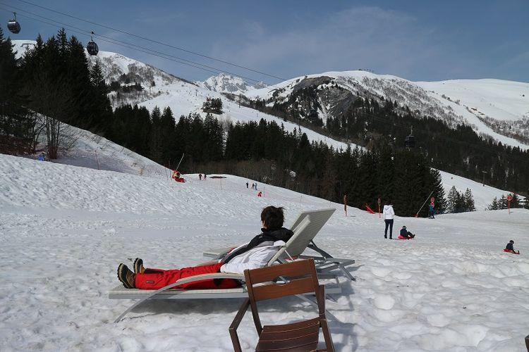 Wisatawan tengah bersantai di atas medan gunung salju di sekitar area Club Med Valmorel, Les Avanchers, Valmorel, Perancis, Minggu (8/4/2018). Pegunungan salju Alpen di Perancis merupakan salah satu tempat bermain ski yang bisa dicoba oleh wisatawan.