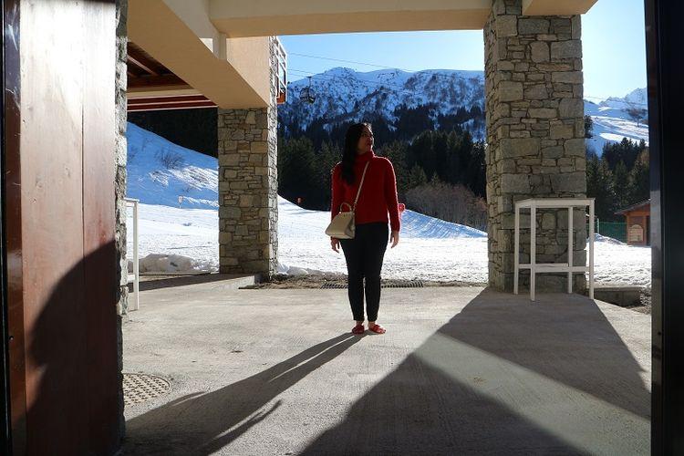 Wisatawan berfoto dengan latar pemandangan Pegunungan Alpen dari area resor inklusif Club Med Valmorel, Les Avanchers, Valmorel, Perancis, Sabtu (7/4/2018). Pegunungan Alpen merupakan salah satu tujuan wisatawan dari berbagai belahan dunia untuk bermain ski.
