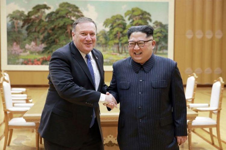 Foto ini diambil pada Rabu (9/5/2018 dan dirilis oleh kantor berita resmi Korea Utara KCNA pada Kamis (10/5/2018). Pemimpin Korea Utara Kim Jong Un (kanan) dan Menteri Luar Negeri AS Mike Pompeo (kiri) berjabat tangan markas Partai Buruh Korea Utara, di Pyongyang.