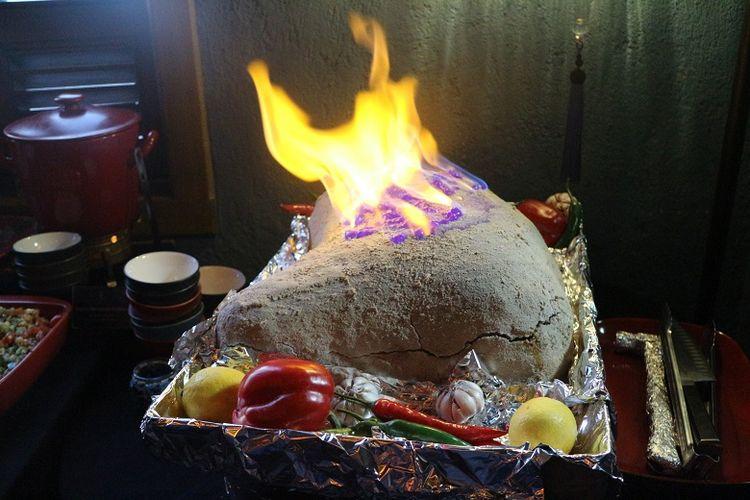 Kuliner khas Turki, Baby Lamb Baked in Salt tersaji di Warung Turki, Jakarta, Senin (21/5/2018). Kuliner berbahan daging domba itu merupakan salah satu sajian Kerajaan Ottoman pada era 1460-an.
