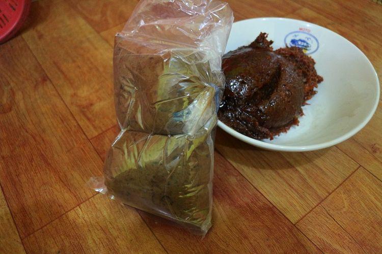 Tauco yang telah dimasak (kanan) dan belum dimasak (kiri) di Warung Soto Bang Dul cabang Jalan Gajah Mada, Kota Pekalongan, Jawa Tengah. Tauco merupakan salah satu oleh-oleh khas Pekalongan yang bisa dibeli oleh wisatawan.