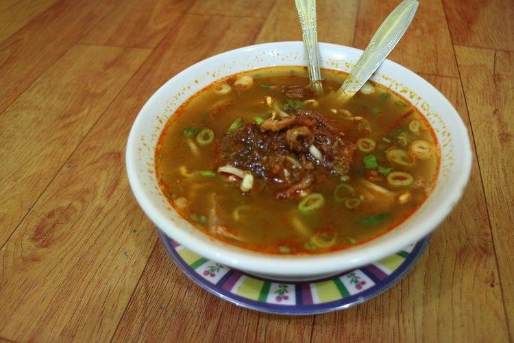 Semangkuk soto tauto di Warung Soto Tauto Bang Dul cabang Jalan Gajah Mada, Kota Pekalongan. Soto tauto merupakan kuliner khas Pekalongan. Soto tauto sendiri merupakan salah satu kuliner yang dicari wisatawan yang berkunjung ke Pekalongan.
