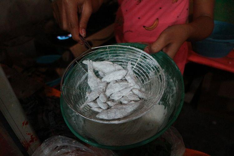 Ikan wader dengan baluran tepung sebelum digoreng dan disantap dengan sambal di sebuah warung di Mojokerto, Jawa Timur, Senin (4/6/2018). Sambal wader merupakan salah satu kuliner khas Mojokerto yang sulit ditemui.