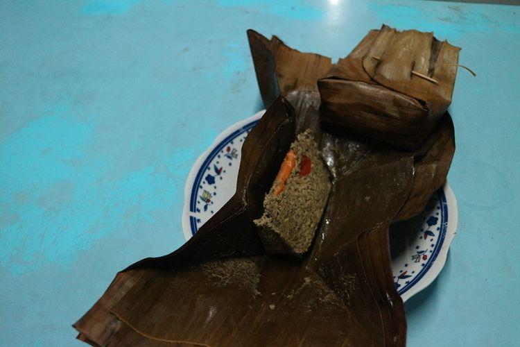 Kuliner botok kupang di Warung Lontong Kupang Bu Ning di bilangan Pasar Keraton, Pasuruan, Jawa Timur, Selasa (5/6/2018). Kupang merupakan salah satu hewan laut yang biasa diolah menjadi makanan khas Pasuruan seperti lontong kupang.