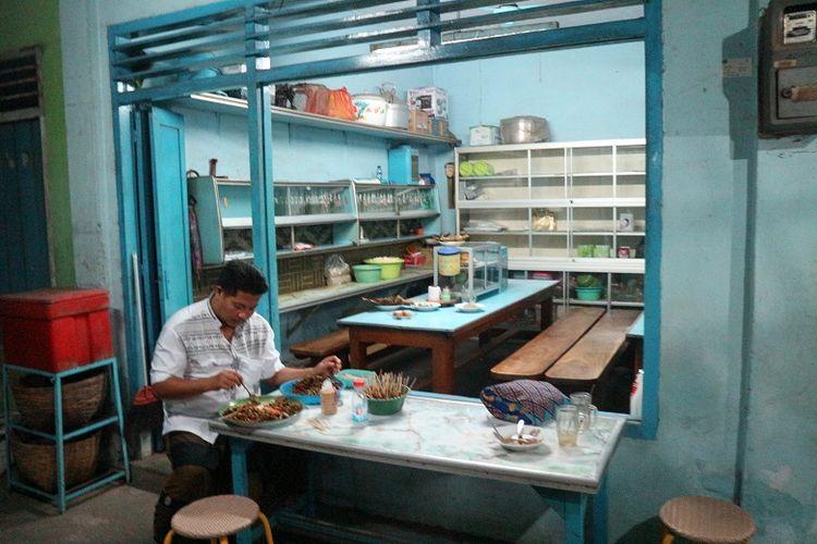Seorang penjual lontong kupang sedang menyiapkan sate kerang di Warung Lontong Kupang Bu Ning di bilangan Pasar Keraton, Pasuruan, Jawa Timur, Selasa (5/6/2018). Sate kerang merupakan teman untuk menyantap kuliner lontong kupang.